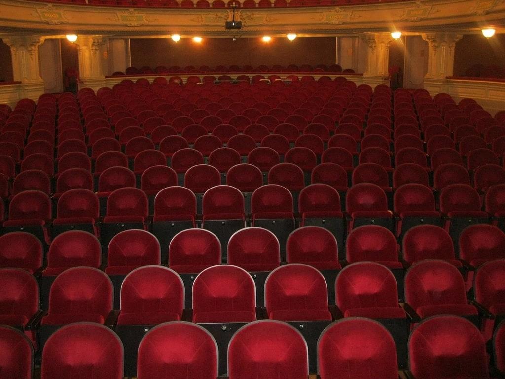 Pourquoi les sièges de cinéma sont-ils rouges ?